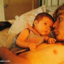 Aquí el líder d0e Nirvana jugando con su bebé, Frances Bean Cobain.