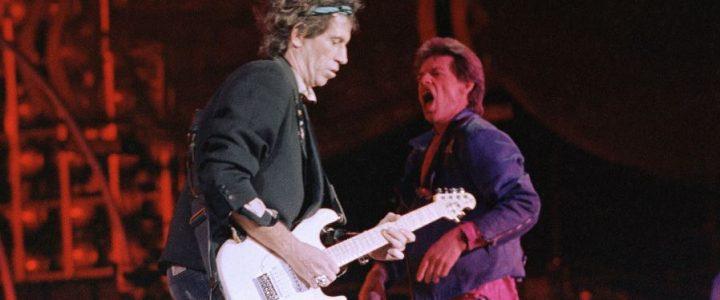 Mick Jager tocando la guitarra
