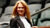 A sus 50 años, Nicole Kidman posa con sensual traje de baño y enamora de nuevo al mundo