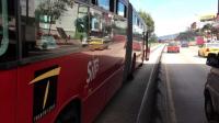 WTF? Con todo y pasajeros a bus de Transmilenio se le estalló una llanta