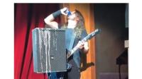 Dave Grohl se pega tremendo costalazo después de tomar una cerveza fondo blanco