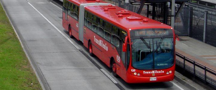Ladrones se enfrentan en Transmilenio al intentar robar el mismo bus