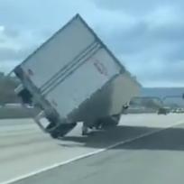 ¡Tremendo huracán! Fuertes vientos voltearon camiones mientras andaban
