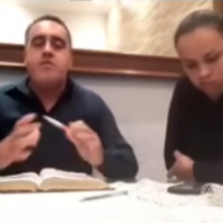Pastor golpeó a su esposa en plena transmisión y siguió con el sermón