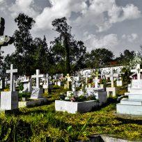 Roban los restos de la tumba de un hombre y dejan elementos de brujería cerca