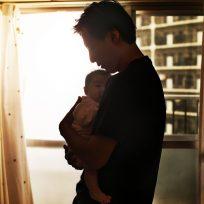 Sujetó cuidó a su 'hijo' por dos horas sin darse cuenta que era un muñeco