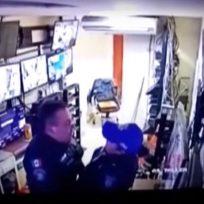 VIDEO: ¡Pillados! Policías fueron grabados teniendo sexo en pleno turno