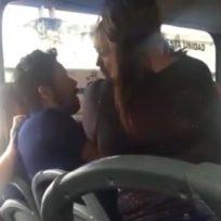 (VIDEO) En pleno bus, mujer encuentra a su esposo con otra y le hace un escándalo