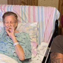 Antes de morir, abuela decidió sentarse a fumar marihuana con su nieto