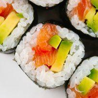 ¡Tremendo viaje! Mujer sufre alucinaciones tras comerse un sushi viejo