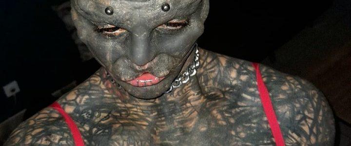 Sujeto se quita la nariz y parte de su boca para verse como un alienígena