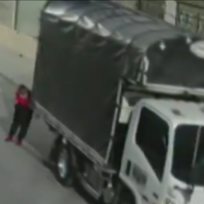 (VIDEO) ¿Cómo? Ladrón se robó un camión empujándolo