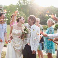 Pareja puso a los asistentes a su boda a lavar los platos que utilizaron