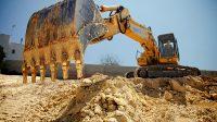VIDEO: sujeto dañó varios camiones con una excavadora porque no le pagaban
