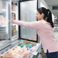 Sujeto defecó en nevera de supermercado, mujer metió la mano y... sorpresa