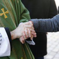 Sacerdote dejó su profesión por ir detrás de una escritora de satanismo