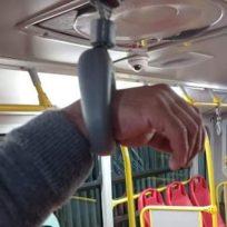 Tranquilos, no se quemó ninguna maderera: Bomberos sobre el hombre se atoró en una manija de Transmilenio